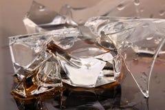 Unterbrochenes Glas mit Flüssigkeit Lizenzfreie Stockfotografie