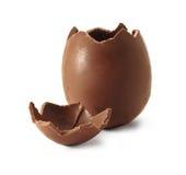 Unterbrochenes Schokoladen-Osterei Stockfotografie