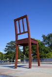 Unterbrochenes Stuhl-Denkmal in Geneve Stockfotografie