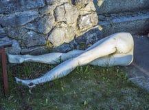 Untere Hälfte eines hald-begrabenen blinden Modells Stockfoto