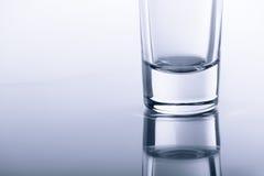 Untere transparente Gläser auf dem Glas mit Reflexion Lizenzfreie Stockfotos