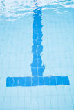 Untere Weglinie des Swimmingpools Stockfoto