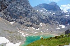 Unterer Eissee med en ung man under den Dachstein glaciären nära till tte för Simonyhï ¿ ½ i österrikiska fjällängar under sommar Royaltyfri Bild