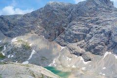 Unterer Eissee under den Dachstein glaciären nära till tte för Simonyhï ¿ ½ i österrikiska fjällängar under sommar, Salzkammergut Royaltyfria Bilder
