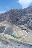 Unterer Eissee under den Dachstein glaciären nära till tte för Simonyhï ¿ ½ i österrikiska fjällängar under sommar, Salzkammergut Arkivbilder