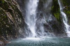 Unteres Ende des höchsten Wasserfalls in Milford klingt stockbilder