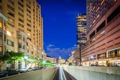 Unterführung und Gebäude entlang Huntington-Allee nachts, in BAC Stockfoto