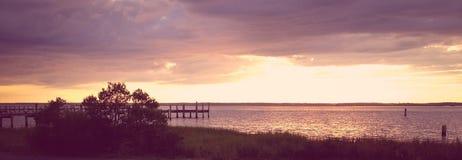 Untergehende Sonne auf Chincoteague-Bucht VA Stockbilder