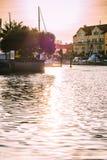 Untergehende Sonne, die im Wasser des Golf-Hafenstadtbeckens sich reflektiert lizenzfreies stockfoto
