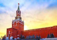 untergehende Sonne und fantastischer Himmel über der Kreml-Wand und des Kremls Spassky ragen hoch Stockbild