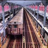 Untergrundbahn auf Brücke Lizenzfreie Stockfotos