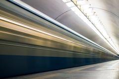 Untergrundbahn in der Bewegung, die zu Station kommt lizenzfreies stockbild