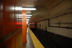 Untergrundbahn, die 1 von 5 sich nähert Lizenzfreies Stockbild
