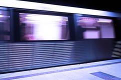 Untergrundbahn, die mit Drehzahl sich bewegt. Lizenzfreie Stockbilder