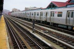 Untergrundbahn, die in die Station kommt lizenzfreies stockbild