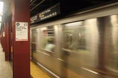 Untergrundbahn, die vorbei überschreitet Lizenzfreie Stockfotografie