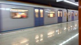 Untergrundbahn, die zu der Station kommt stock video