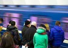 Untergrundbahn fuhr Vergangenheit seine Wartepassagiere Lizenzfreies Stockfoto