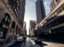 Unterhalb der Ansicht über Wolkenkratzer in New York stockfotografie