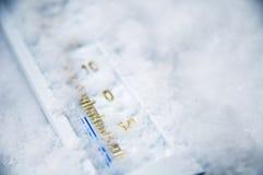 Unterhalb null auf Thermometer lizenzfreies stockbild