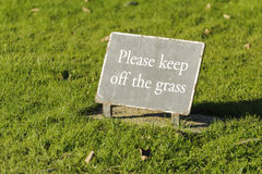 Unterhalt weg vom Graszeichen lizenzfreies stockfoto
