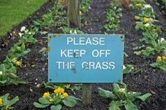 Unterhalt weg vom Graszeichen stockfotografie