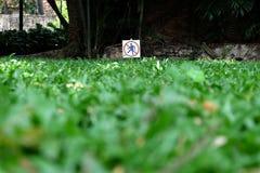 Unterhalt weg vom Graszeichen Stockfoto