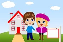 Unterhaltende fröhliche Paare auf einem Hintergrund ein neues Haus Stockbild
