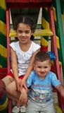 Unterhaltende Kinder auf Spielplatz lizenzfreie stockbilder