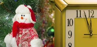 Unterhaltende Zahl eines Schneemannes auf einem Weihnachtstannenbaum Stockfoto