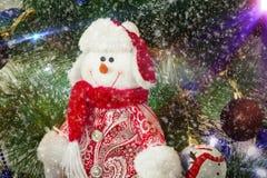 Unterhaltende Zahl eines Schneemannes auf einem Weihnachtstannenbaum Lizenzfreie Stockbilder