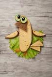 Unterhaltender Sandwichvogel gemacht auf hölzernem Hintergrund Stockbild