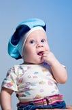 Unterhaltendes Baby in einem Barett Lizenzfreie Stockbilder