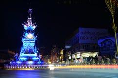 Unterhaltsame Leistung Chiang Rai-Uhrturms haben Lichter und Farben Stockbilder