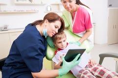 Unterhaltsames Kind des modernen zahnmedizinischen Teams oder Kinderpatient Lizenzfreie Stockfotos