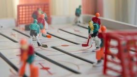 Unterhaltsames Teamspiel des Spielzeughockeys stockbild