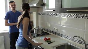 Unterhaltung an der Küche beim Vorbereiten des Abendessens stock video