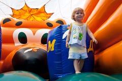Unterhaltung für Kinder auf federnd Schloss Stockbilder