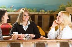 Unterhaltung mit drei jungen Frauen Stockbild