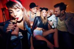 Unterhaltung mit Kerlen Lizenzfreie Stockfotos