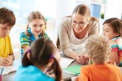 Unterhaltung mit Schülern stockbild