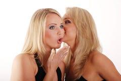 Unterhaltung mit zwei blonde Mädchen Stockfotos