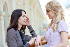 Unterhaltung mit zwei Frauen Lizenzfreie Stockfotos
