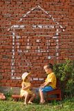 Unterhaltung mit zwei glückliche Kindern lizenzfreies stockbild
