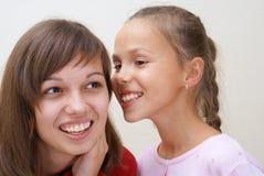 Unterhaltung mit zwei Mädchen lizenzfreies stockbild