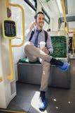 Unterhaltung am Telefon beim Austauschen durch Tram stockbilder