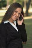 Unterhaltung am Telefon im Park Stockbild