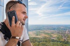 Unterhaltung am Telefon und Genießen von Berglandschaft stockbilder