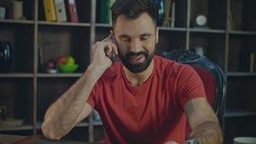 Unterhaltungsarbeitsplatz des Handys des glücklichen Mannes zu Hause Lächelnder Geschäftsmann stock video