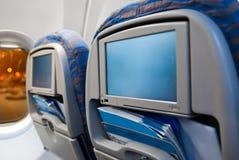 Unterhaltungsbildschirmanzeigen in den Flugzeugen Stockfoto